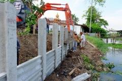 ก่อสร้างเขื่อนกำแพงกันดินริมคลอง (5)